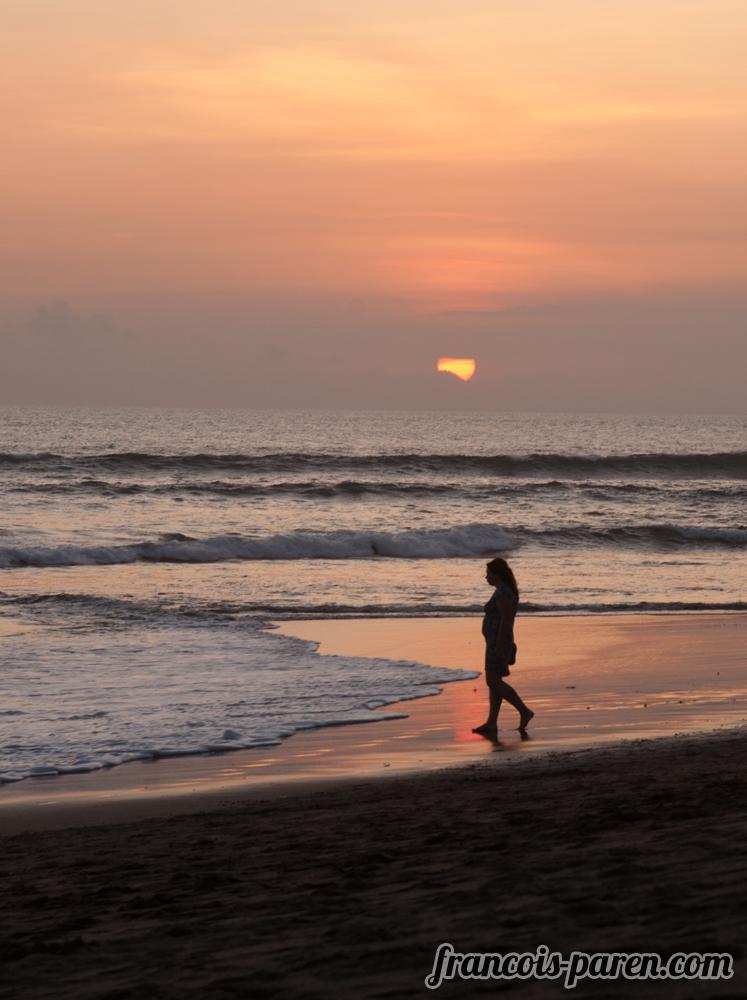 femme couché de soleil plage de Canggu Bali